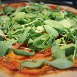 Sonkás pizza recepr rukkolával