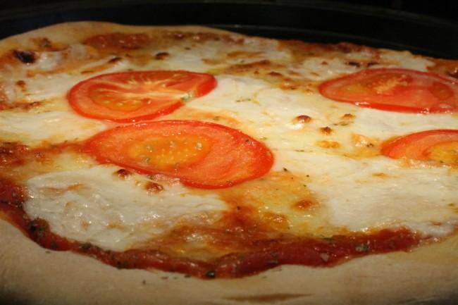 Kecskesajtos pizza friss paradicsomszeletekkel recept