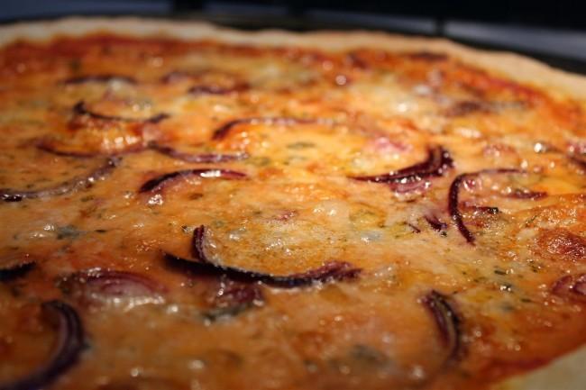 Kéksajtos-lila hagymás pizza